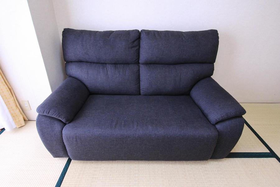 ゆったりくつろげる布張りタイプのソファ