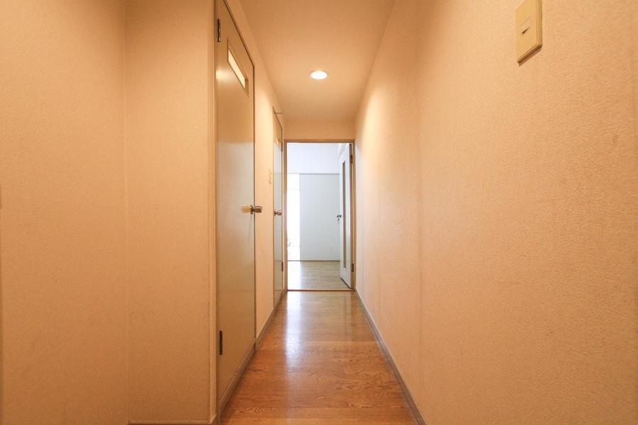 アイボリー系の壁紙とフローリングであたたかな雰囲気の玄関