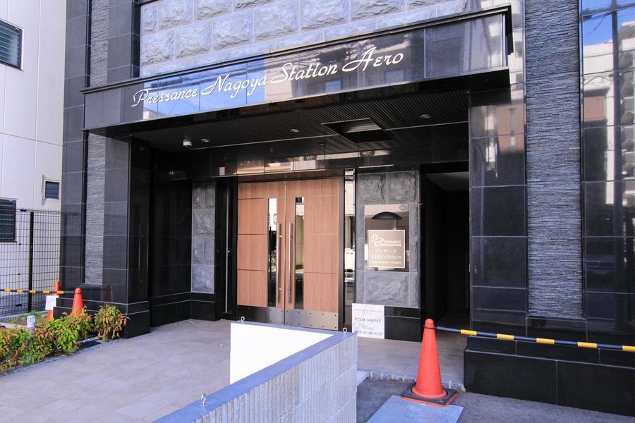 入口は黒系の自然石を張りつめたようなシックで格調高いデザインです。