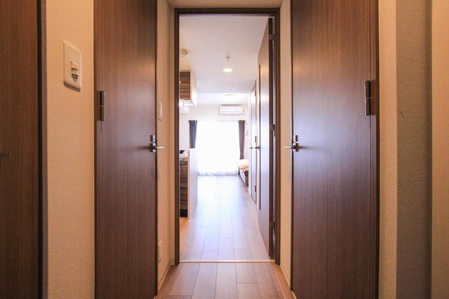 廊下周辺もお部屋と同じあたたかな色合いで統一されています