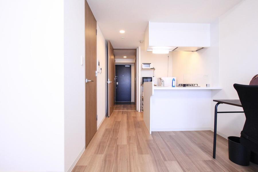 キッチンをカウンタータイプにすることで広いお部屋をより広く見せています