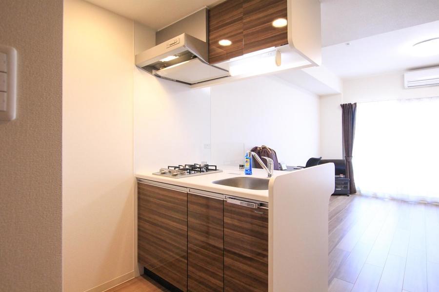 1Kでは珍しいオープンキッチン。自炊派さんも満足の2口ガスコンロ!