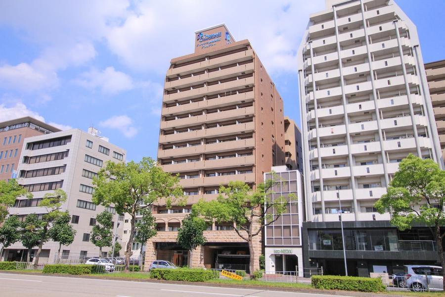 名古屋市内を走る大通りに面した物件。ベージュ系のカラーが特徴です