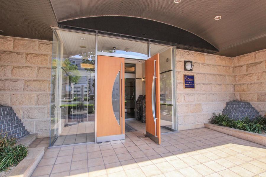 ガラスと木目のエントランスドアはシンプルながらも高級感ある雰囲気