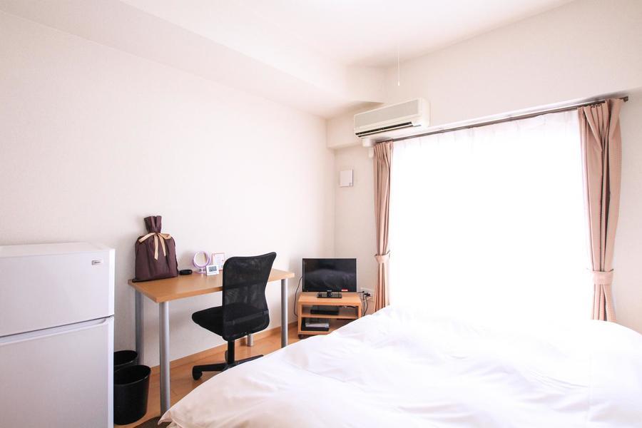 つややかなフローリングと白い壁のシンプルな室内