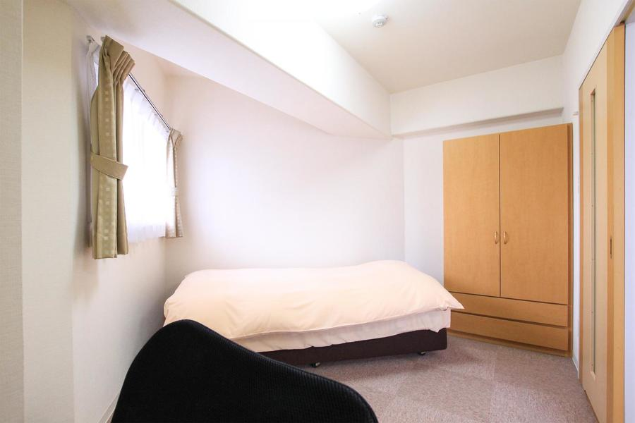 リビング横の寝室はコンパクトですが収納スペースもしっかり完備