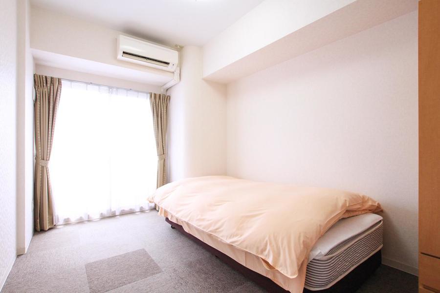 大きな窓でたっぷりの日光を取り込むことができる明るいお部屋です