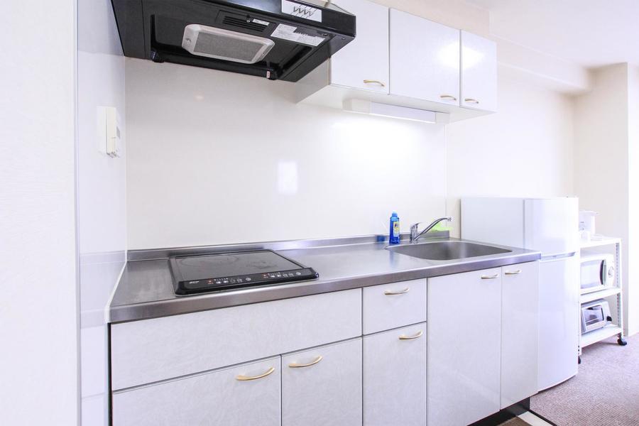 キッチンは作業スペースもシンクも広々。IHコンロは2口タイプです
