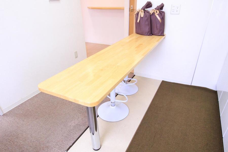 シンプルなカウンターテーブルで素敵な時間をお過ごしください