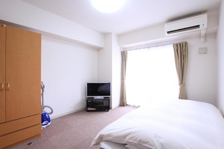 白い壁と淡い色のカーペットの組み合わせはホテルのような雰囲気