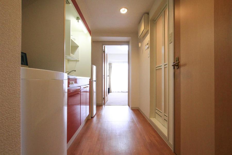 キッチン周辺はフローリングタイプ。お部屋同様清潔感を感じさせるつくりです