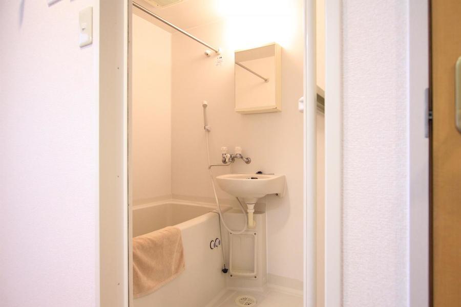 広めのバスタブがポイントのバスルーム。嬉しい浴室乾燥機能付きです
