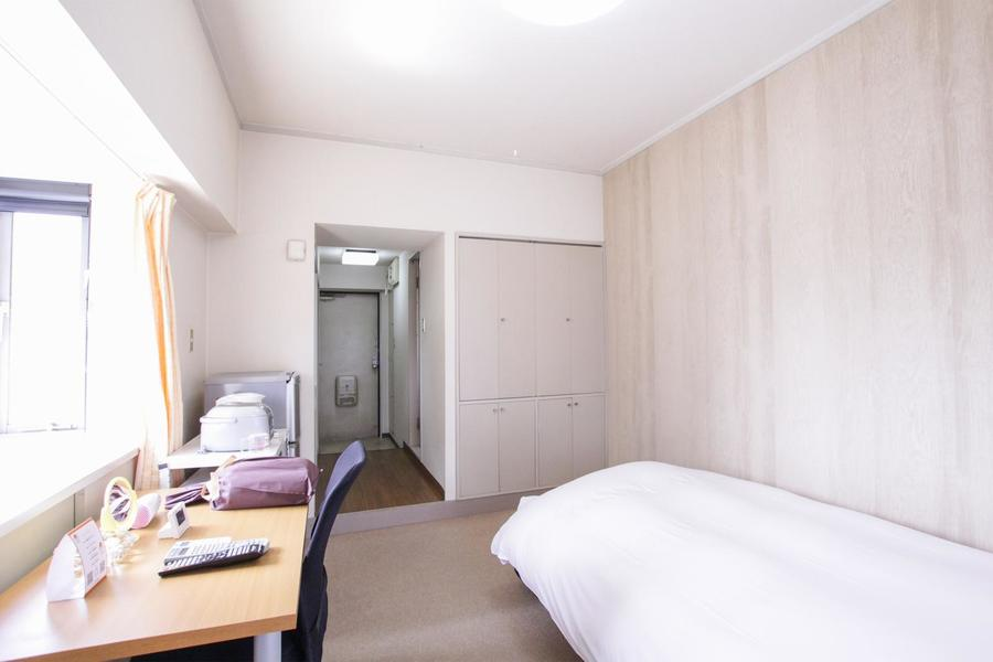 高い天井と一面だけ違う壁が特徴。珍しい2段式クローゼット