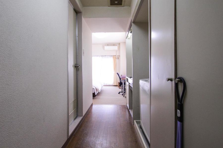 廊下はアイボリー系の色合いでまとめられたシンプルデザイン