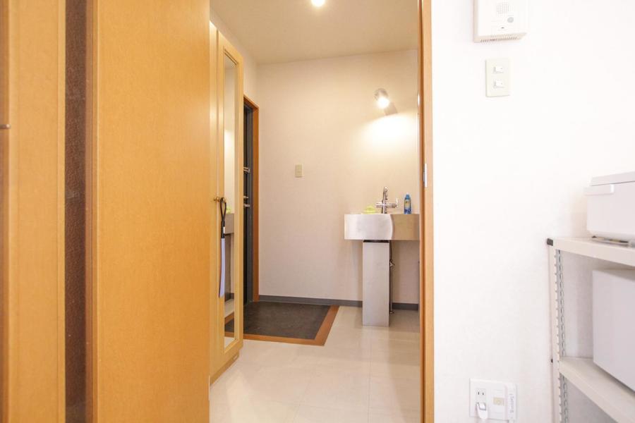 お部屋と玄関の間には扉が設置。プライバシーもしっかり確保!