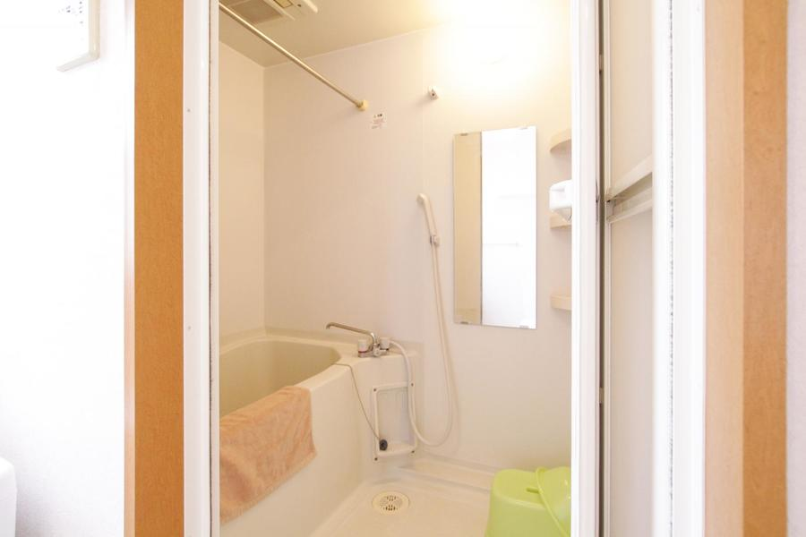 大きな鏡が特徴的なバスルーム