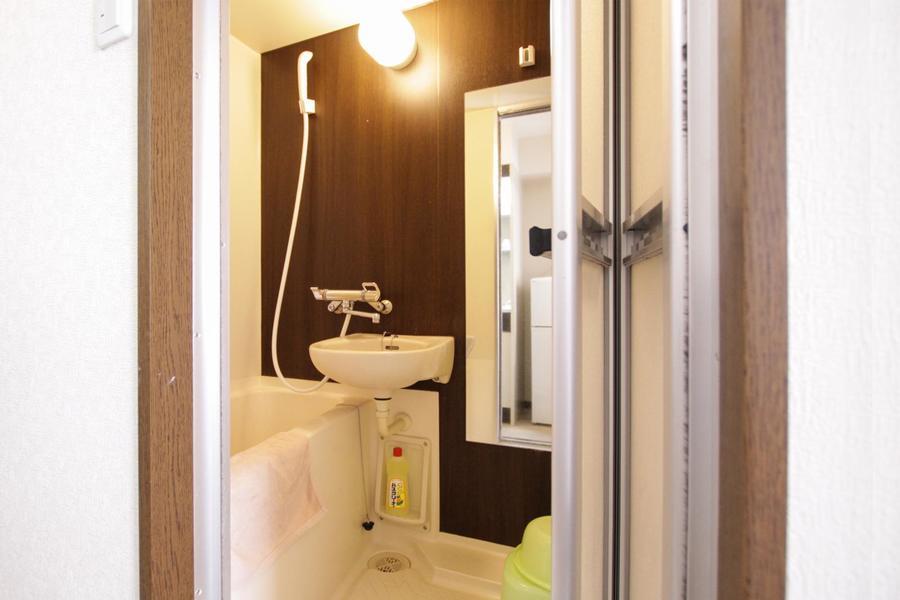 シンプルになりがちなバスルームも木目の壁で印象的に