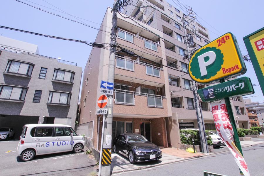 大通りの向かい側は松坂屋、パルコなどが並ぶショッピングエリアです