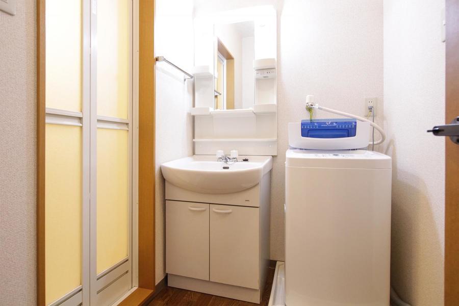 大きめの鏡がポイントの洗面台。小物収納も充実です