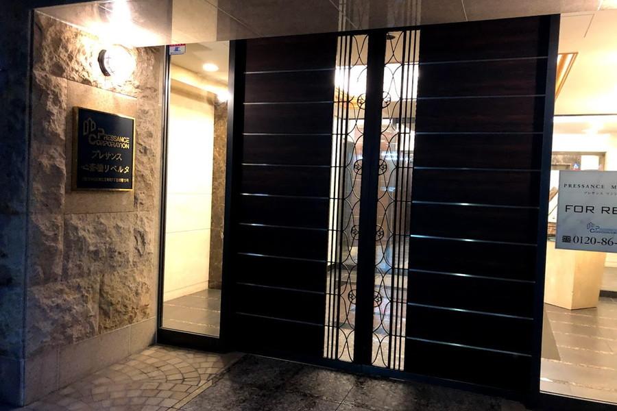 細かな意匠が施されたエントランスドア