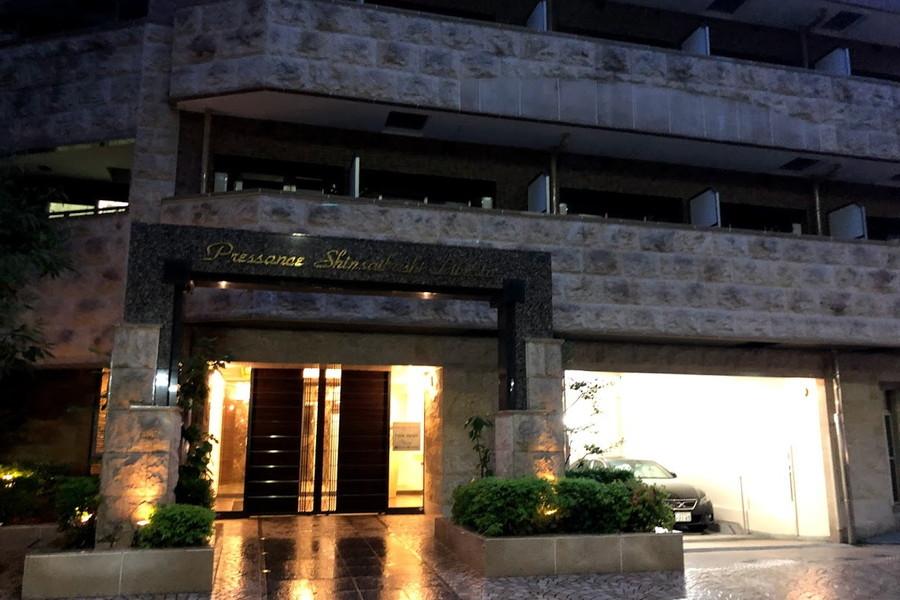 堺筋本町より徒歩4分。周囲は企業ビルとマンションが多く見られます