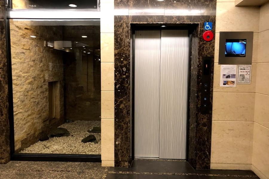 エレベーター横には枯山水。都会での生活に潤いを添えます