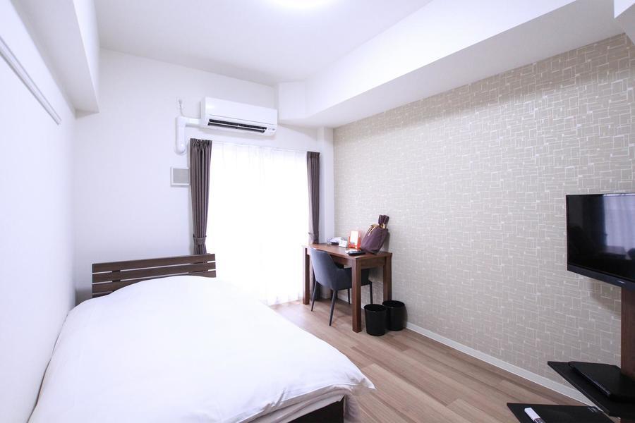 真っ白な壁紙と木目のフローリング。一面だけ違う壁紙が目を引きます
