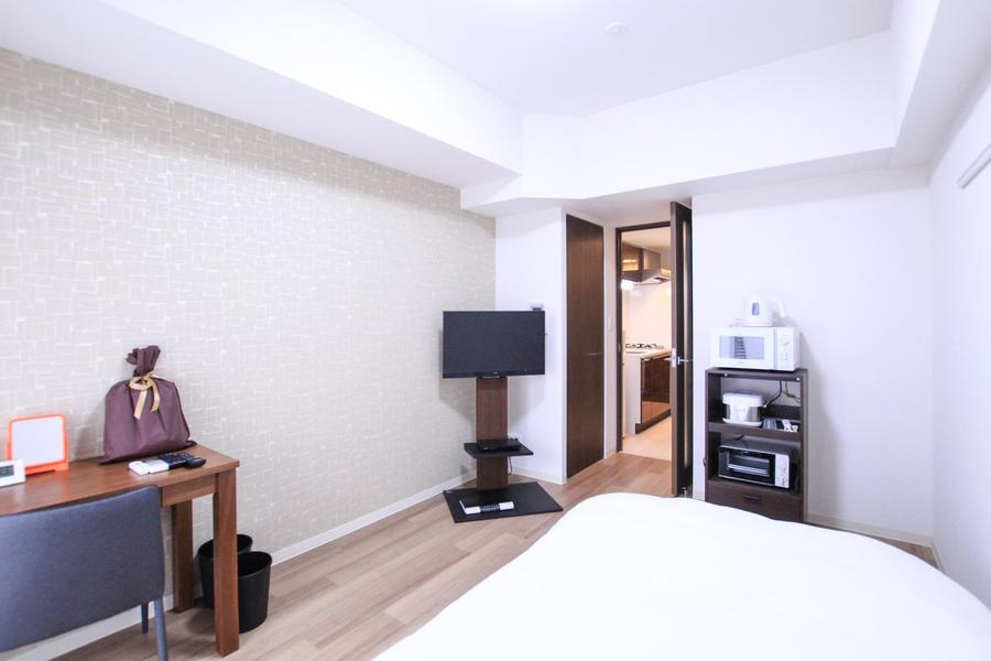 天井の梁も白く統一。シーリングライト採用で高く開放的なお部屋です
