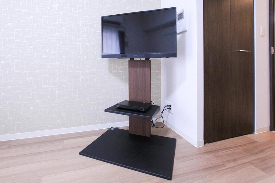 テレビ台はスタンドタイプを採用。シンプルかつスタイリッシュ