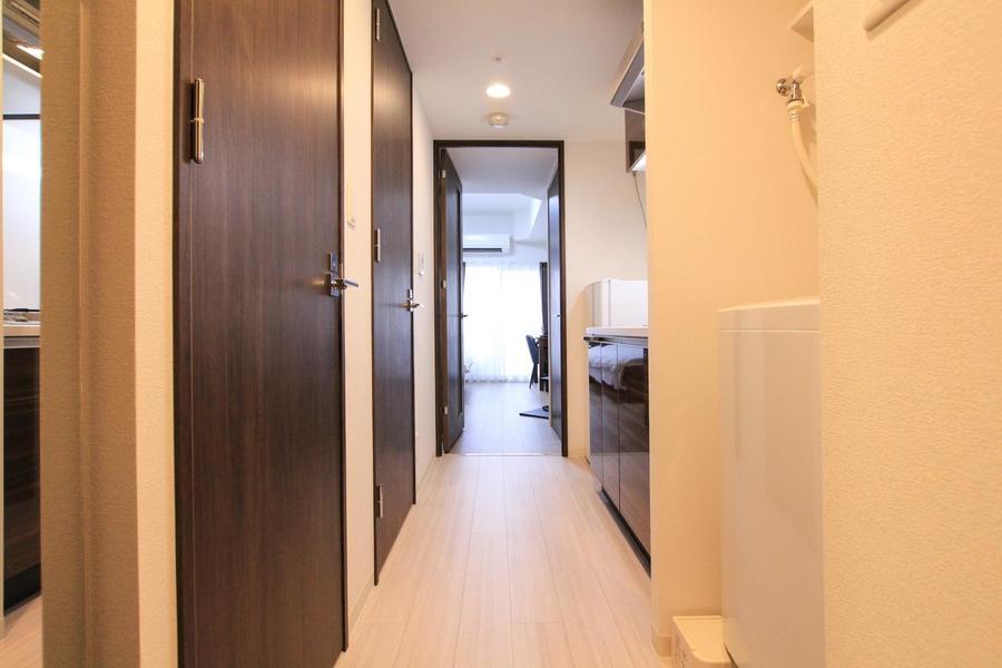 お部屋とキッチンの間は段差が少ないフラットタイプ。暗くても安心!