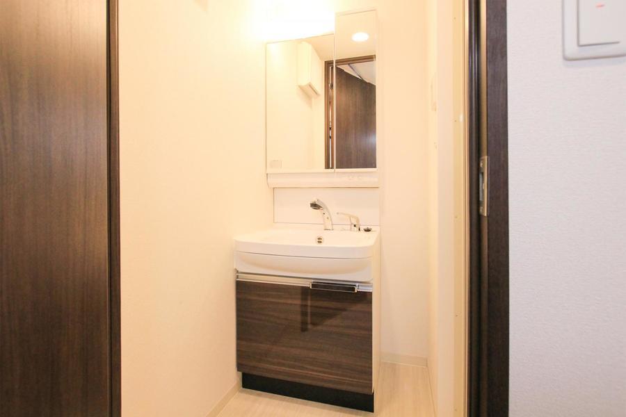 洗面台は収納扉全面が鏡になっているため身だしなみもバッチリ整えられます