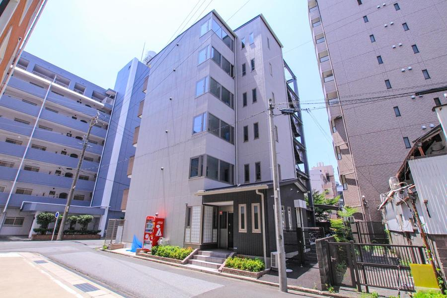 一宮駅から徒歩5分圏内の便利な立地。周囲はマンションなど住宅が立ち並びます