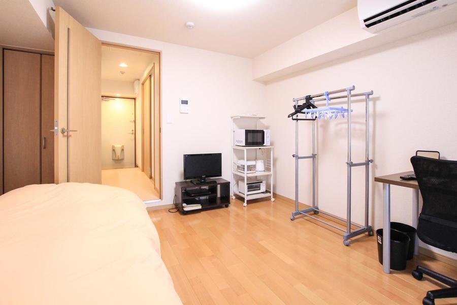 テレビ、デスク、ハンガーラックなど家具は使いやすいよう室内に設置