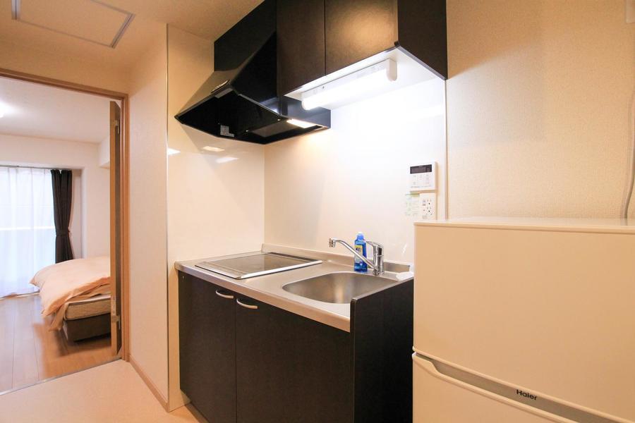 システムキッチンはゆったり広め。安全なIHコンロを採用しています