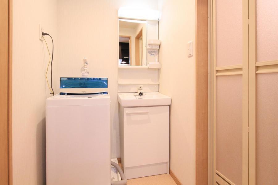 脱衣所の洗面台はコンパクトながら小物置き場もついた便利な構造です