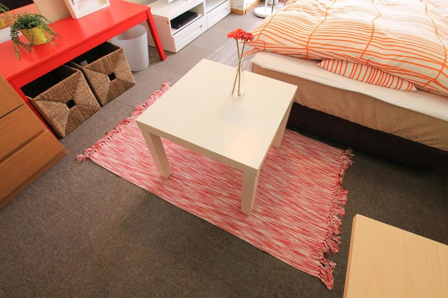 真っ白なローテーブル。赤のラグとの組み合わせもマッチ