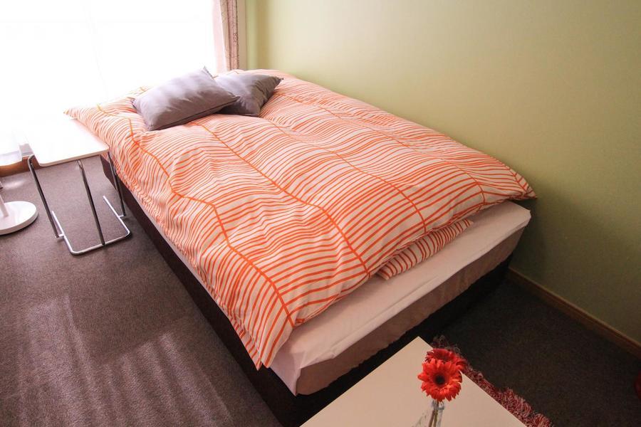 アットインのテーマカラーであるオレンジのベッドカバー。柄もオシャレ!
