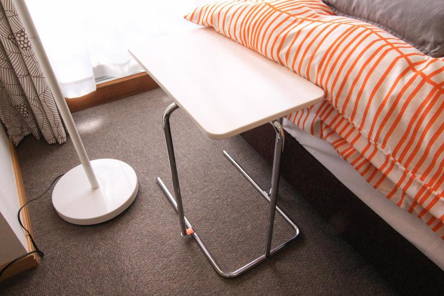 あると嬉しいサイドテーブル。シンプルで洗練されたフォルムです