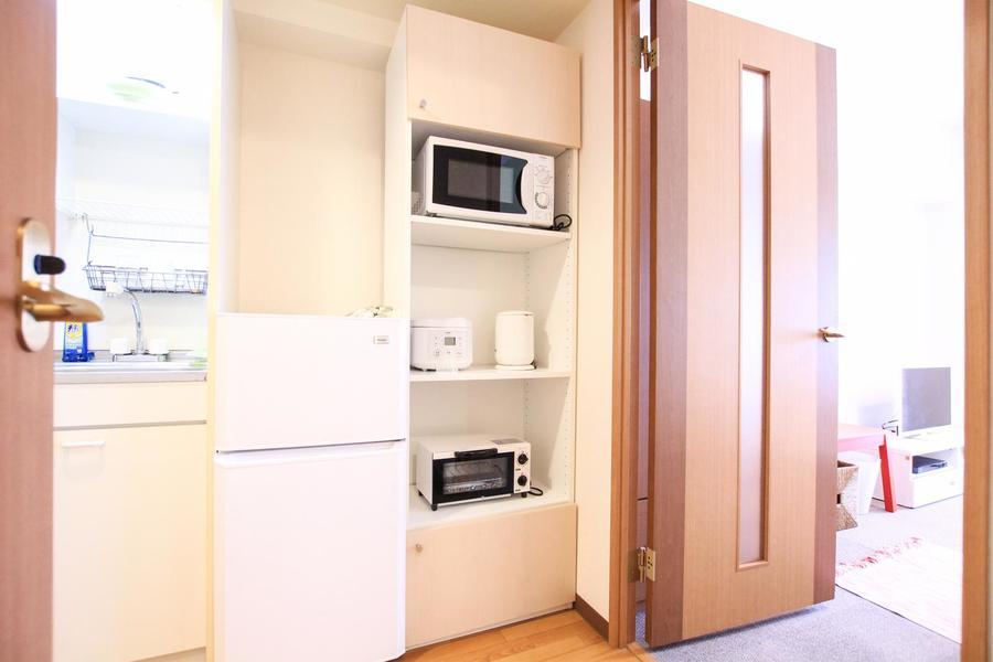 キッチンラックは上下段に扉付き。ストックの食品もしまえちゃいます