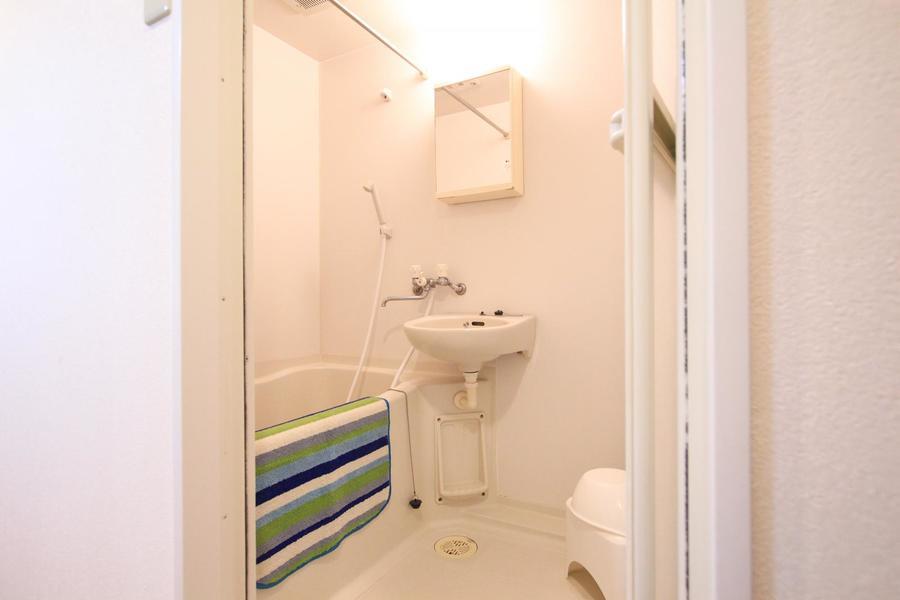 清潔感あるバスルーム。バスマットも乾かせる浴室乾燥機能付き!