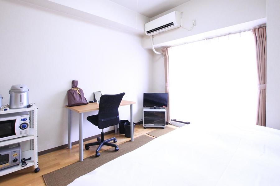 木の温かみを感じるフローリングに白を基調としたシンプルなお部屋