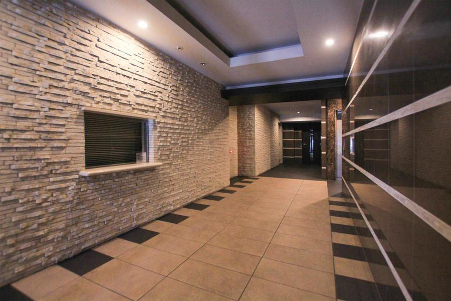 シックな印象はそのままに隆起した壁面や床の配色で明るい雰囲気に