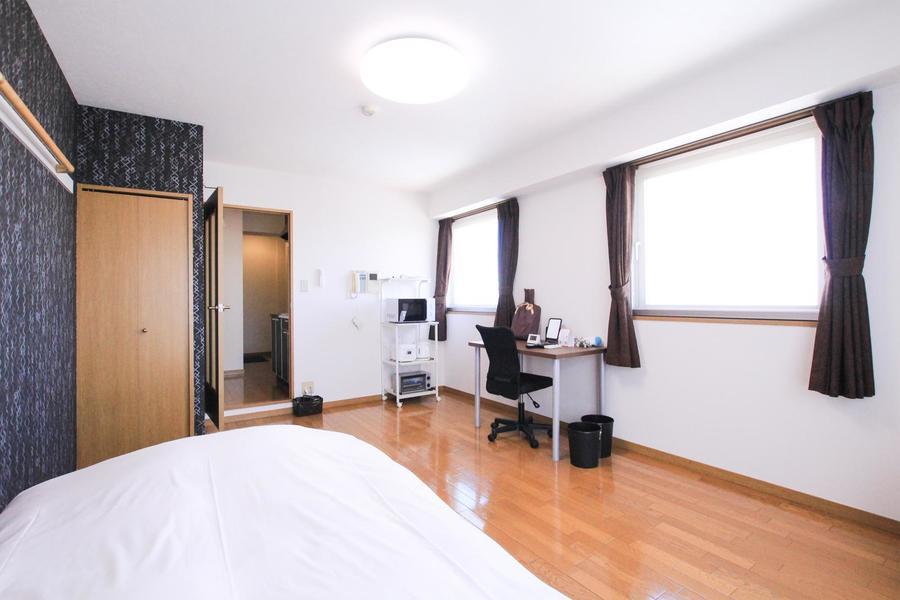 ゆったり過ごせる10畳のお部屋。窓も2面で明るくお過ごしいただけます