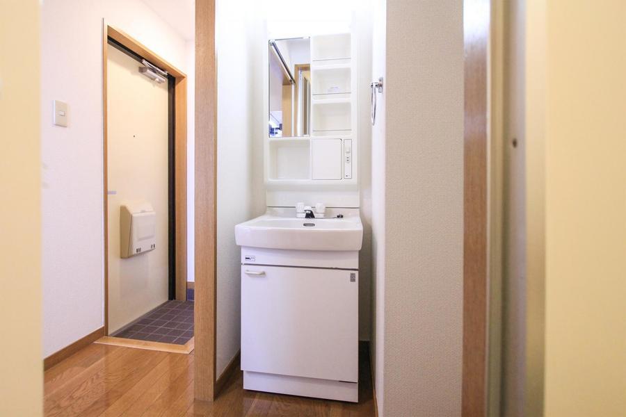 小物置き場が充実の洗面台。毎日の身だしなみチェックにご利用ください