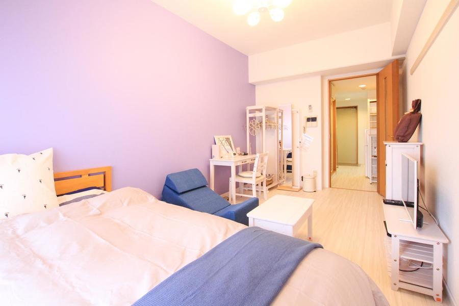 壁紙は淡いラベンダーカラー。優しい色合いが部屋をより明るく見せます