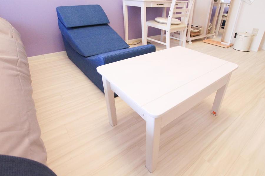 白いデスクとインディゴブルーのソファ。ソファは畳んでベンチとしても!