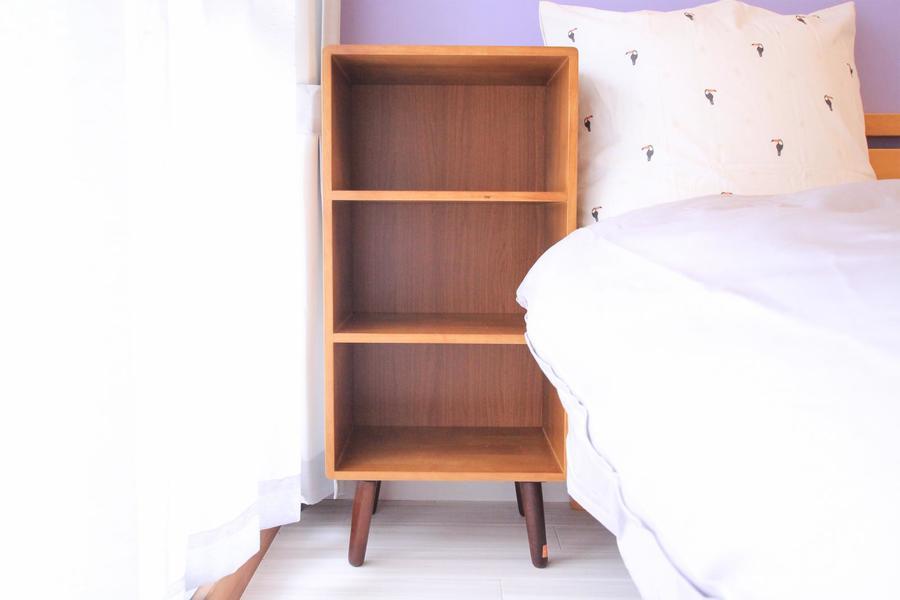 ベッド横にはオープンラックを設置。サイドテーブル、小物置き場として