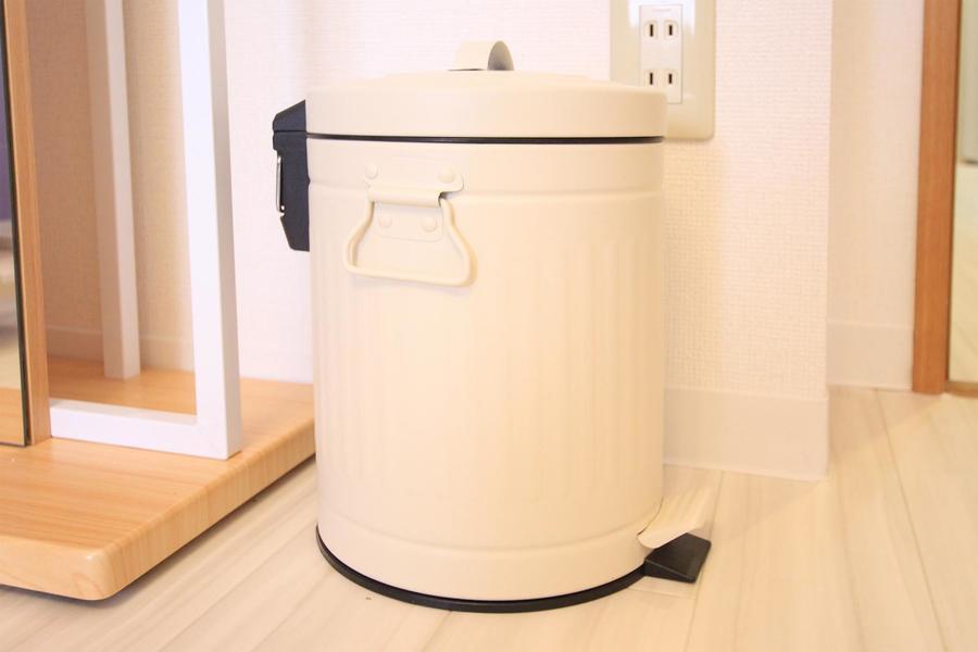 ゴミ箱は便利なペダル式。バケツ缶デザインがキュートです