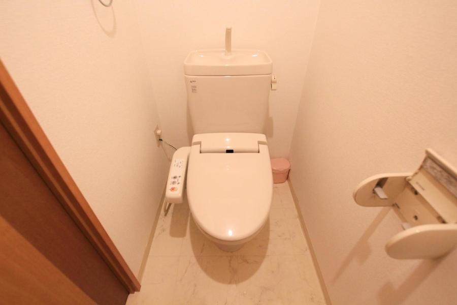 お手洗いはセパレート式。人気の高いシャワートイレタイプです