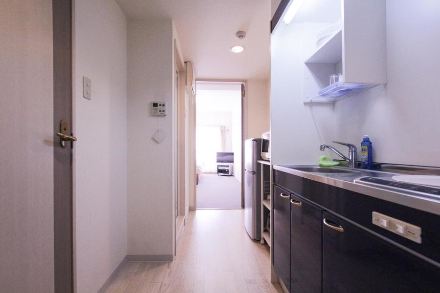 キッチン周辺もお部屋と同じく白い壁紙でまとめられ統一感があります